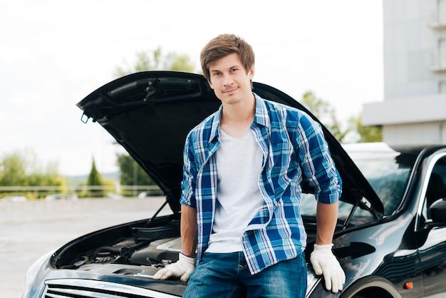 Vue frontale, de, homme, s'asseoir voiture Photo gratuit
