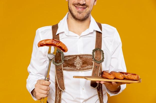 Vue frontale, de, homme, à, saucisses, plateau Photo gratuit