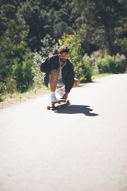 Vue frontale, de, homme, sur, skateboard Photo gratuit