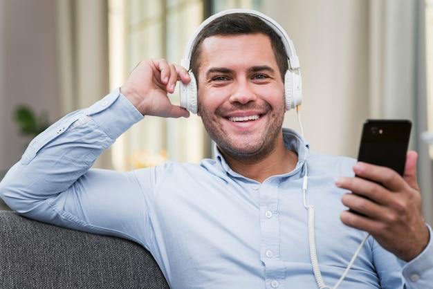 Vue Frontale, De, Homme Souriant, écouter Musique Photo gratuit
