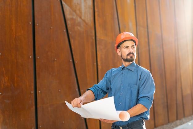 Vue frontale, de, homme, tenant construction, plan Photo gratuit