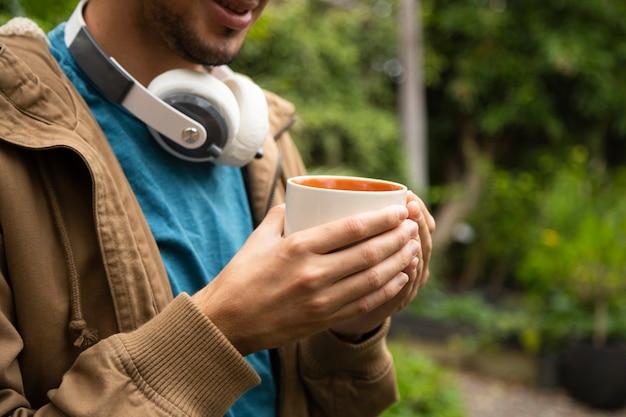 Vue frontale, de, homme, tenue, tasse à café Photo gratuit