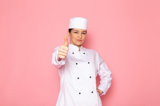 A, Vue Frontale, Jeune Femme, Cuisinier, Dans, Blanc, Cuisinier, Complet, Blanc, Casquette, Poser, Ravi, Sourire Photo gratuit