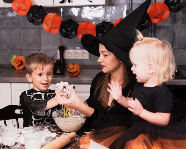 Vue frontale, de, a, mère enfants, confection, biscuits halloween Photo gratuit