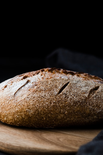 Vue frontale, de, pain, sur, chopeper, à, fond noir Photo gratuit