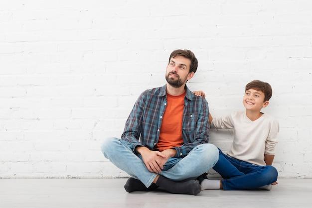 Vue frontale, père fils, regarder loin Photo gratuit