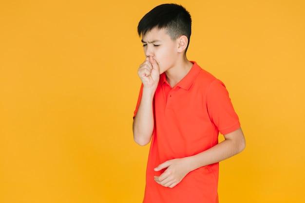 Vue frontale, petit garçon, toux Photo gratuit