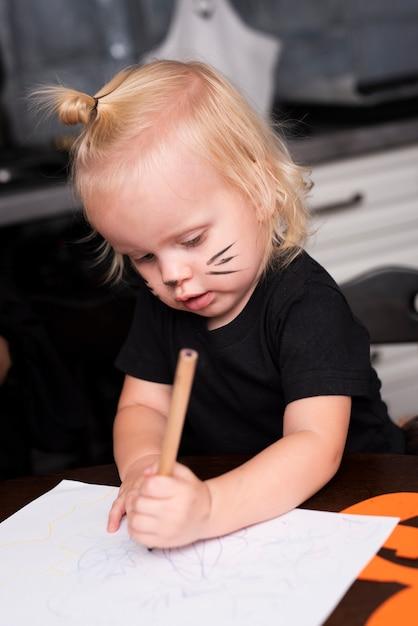 Vue frontale, de, petite fille, dessin, dans cuisine Photo gratuit