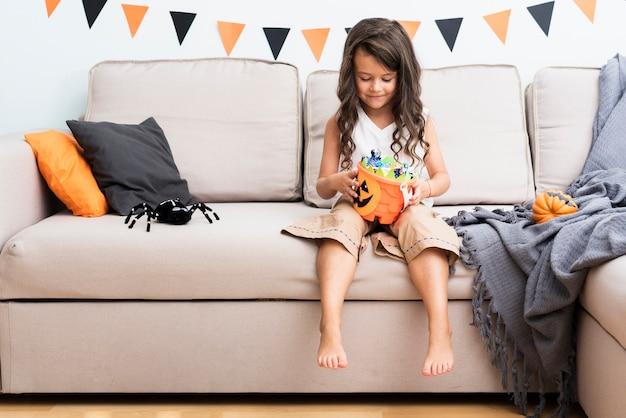 Vue Frontale, Petite Fille, S'asseoir Divan, Sur, Halloween Photo gratuit