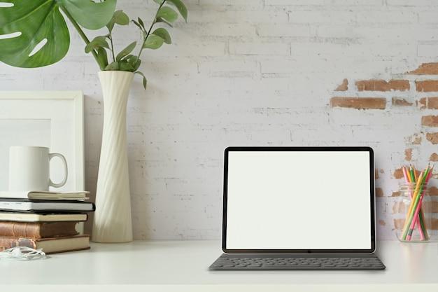 Vue Frontale De La Tablette Avec Smart Keyboard Sur La Table De Travail Loft. Photo Premium