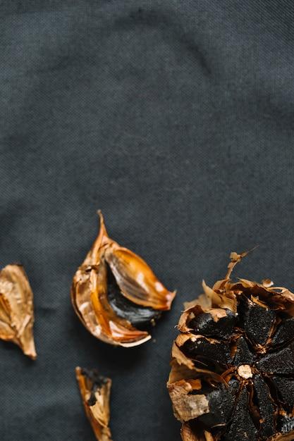 Vue grand angle d'ail noir frais Photo gratuit