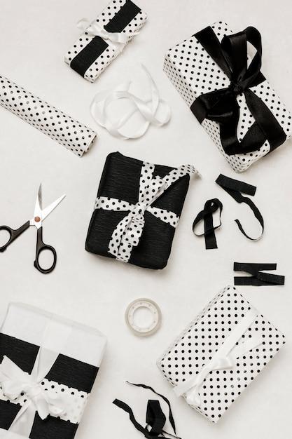 Vue grand angle de la boîte à cadeaux décorative et de l'équipement d'emballage de cadeaux Photo gratuit