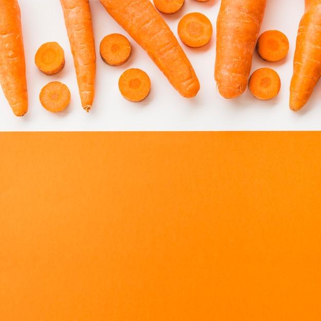 Vue grand angle de carottes fraîches sur double fond Photo gratuit