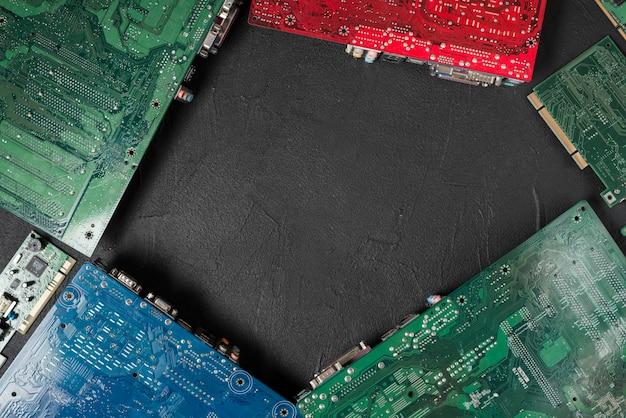Vue grand angle de cartes de circuits informatiques sur fond noir Photo gratuit