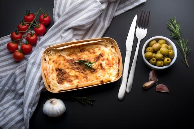 Vue grand angle de délicieuses lasagnes et ingrédients Photo gratuit