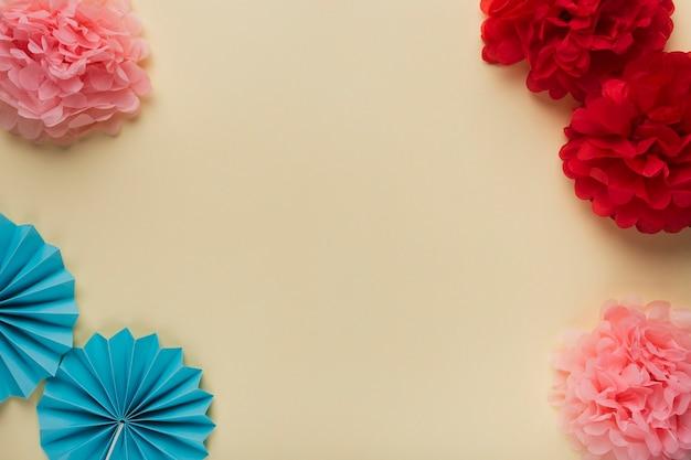 Vue grand angle de différents motifs de fleurs en papier Photo gratuit