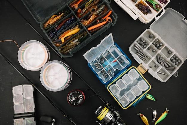 Vue grand angle du kit de pêche sur fond noir Photo gratuit
