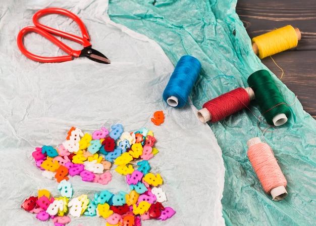 Vue grand angle du matériel de couture sur la table Photo gratuit