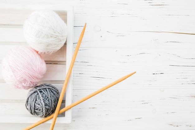 Vue grand angle de fils colorés et crochet Photo gratuit