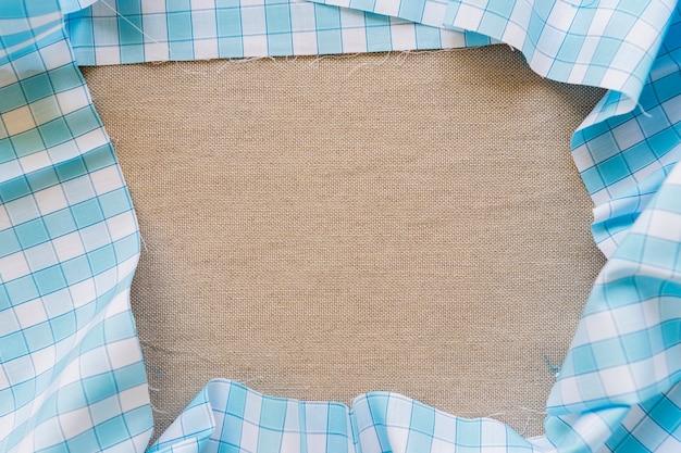 Vue grand angle de la nappe à carreaux bleu formant un cadre Photo gratuit