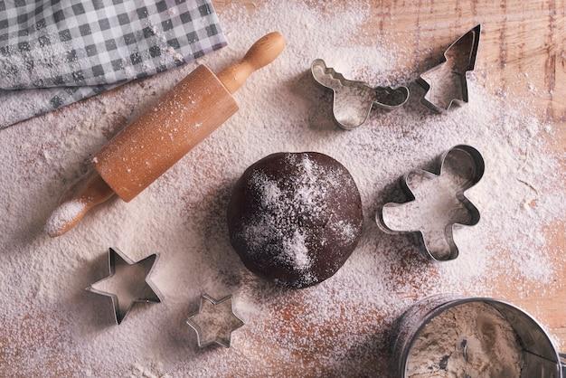 Vue Grand Angle De La Pâte Pour Les Biscuits De Pain D'épice Photo gratuit