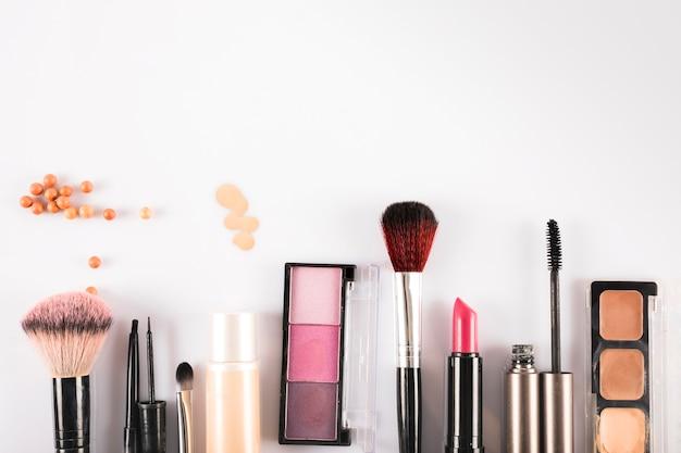 Vue grand angle de produits de beauté cosmétiques sur fond blanc Photo gratuit