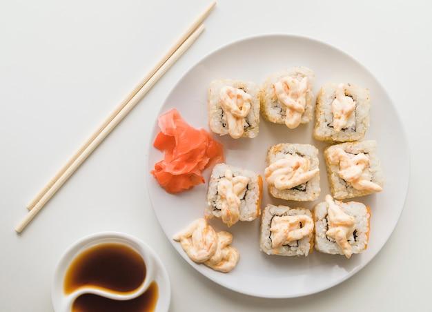 Vue d'en haut assiette de sushi avec sauce Photo gratuit