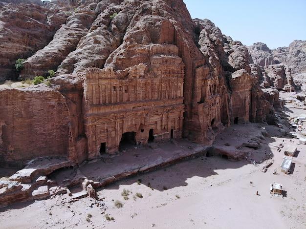 Vue d'en-haut. l'une des plus anciennes villes du monde. patrimoine mondial de l'unesco, la vraie perle de tout le moyen-orient - ville nabatienne de petra. grand lieu historique en jordanie Photo Premium