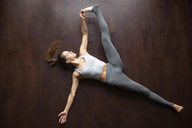 Vue d'en-haut. supta padangushthasana pose de yoga Photo gratuit