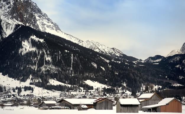 Vue D'hiver D'une Petite Ville Dans Les Montagnes Alpines Photo Premium