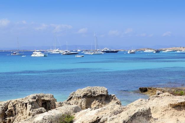Vue des illetes depuis le port de savina à formentera Photo Premium