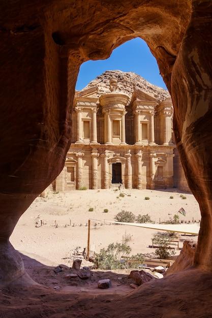 Vue imprenable depuis une grotte de l'ad deir - monastère dans la ville antique de petra, jordanie Photo Premium