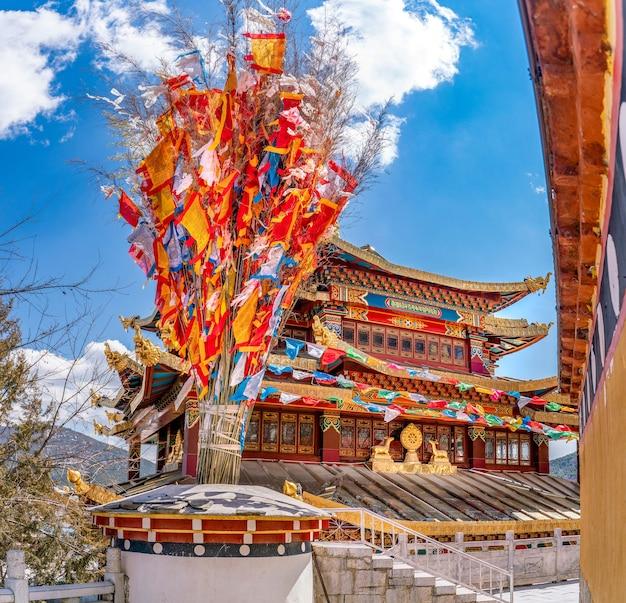 La Vue Imprenable Sur Les Drapeaux Bouddhistes Traditionnels Et Le Temple à L'intérieur Du Monastère De Guihua à Shangrila En Chine Photo Premium