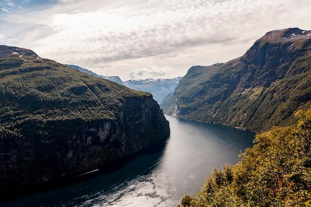 Vue Imprenable Sur Le Fjord Sunnylvsfjorden Et La Célèbre Cascade Des Sept Soeurs; Norvège Photo gratuit