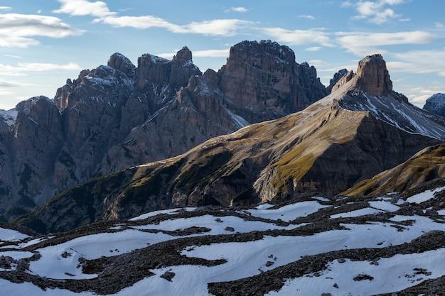 Vue Imprenable Sur Les Rochers Recouverts De Neige Dans Les Alpes Italiennes Photo gratuit