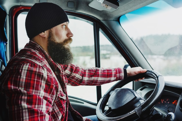 Vue intérieure du livreur conduisant une camionnette ou un camion Photo Premium