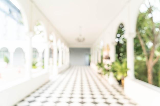 Vue intérieure floue donnant sur le bureau et les portes d'entrée vides Photo Premium