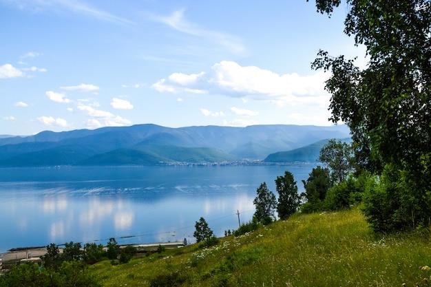 Vue sur le lac baïkal et beau ciel avec des nuages. sibérie, russie. Photo Premium