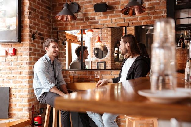 Vue Latérale Des Amis Au Bar Près Du Miroir Photo gratuit