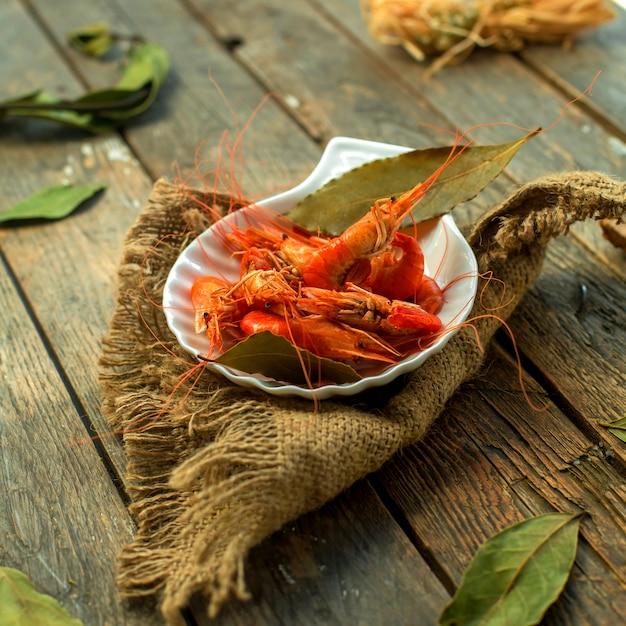 Vue Latérale D'une Assiette De Crevettes Cuites Photo gratuit
