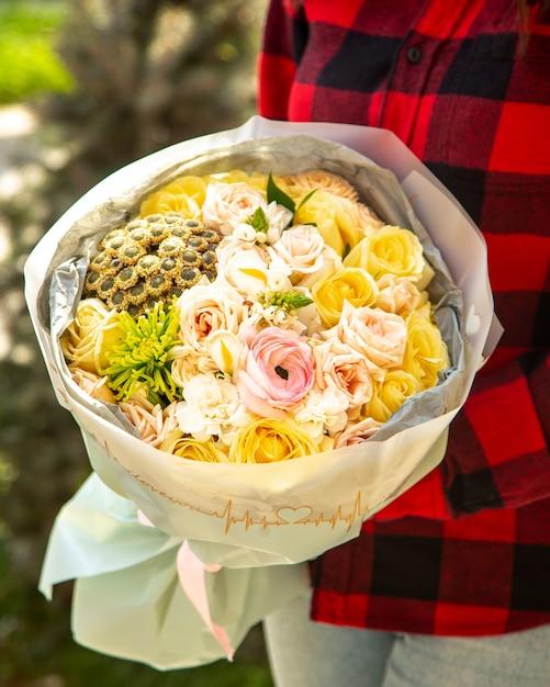 Vue Latérale D'un Bouquet De Roses De Couleur Rose Avec Renoncule Rose Et Chrysanthème Santini Fleurs Photo gratuit