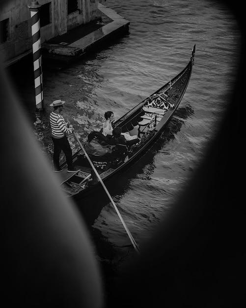 De Vue Latérale Sur Le Charmant Couple Lors D'une Visite Des Canaux à Venise Photo gratuit