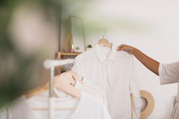 Vue Latérale, Choisir Une Chemise Blanche Photo gratuit