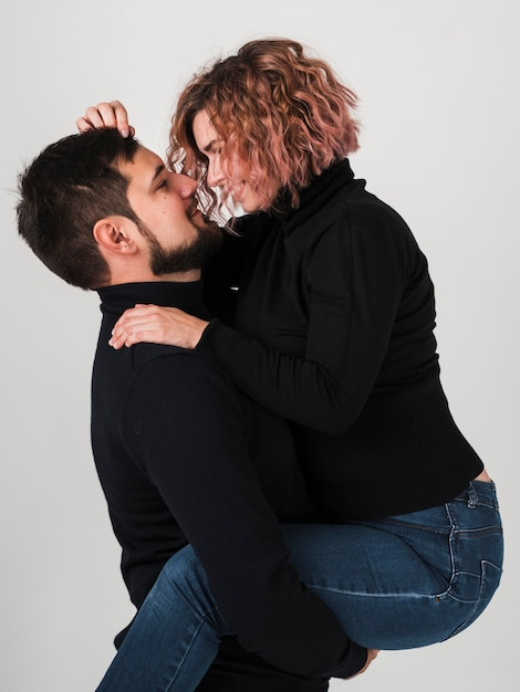 Vue latérale du couple embrassé pour la saint valentin Photo gratuit