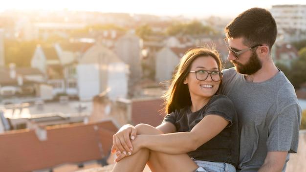 Vue Latérale Du Couple à L'extérieur Avec Espace Copie Photo gratuit