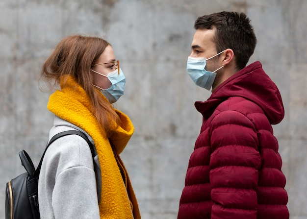 Vue Latérale Du Couple Portant Des Masques Médicaux Photo gratuit