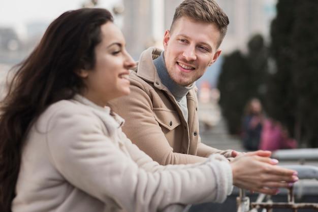 Vue Latérale Du Couple Smiley à L'extérieur Photo gratuit