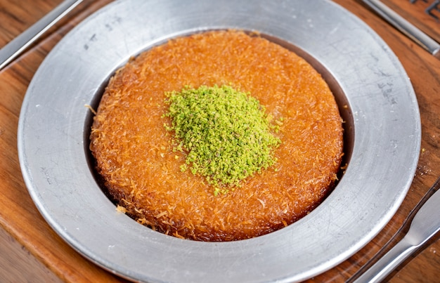 Vue Latérale Du Dessert Traditionnel Turc Kunefe Sur Une Plaque Photo gratuit