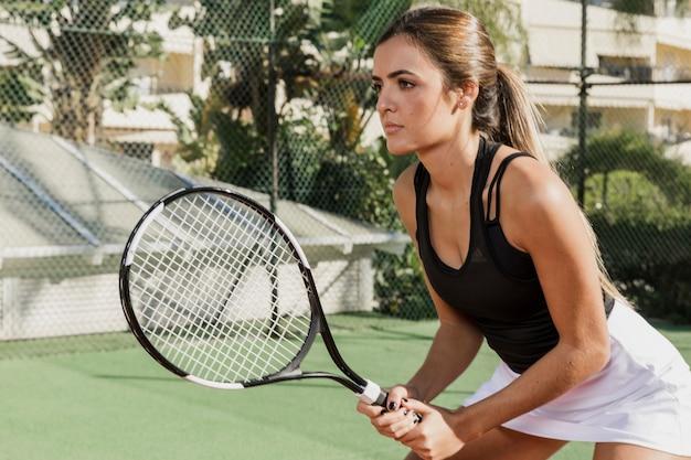 Vue Latérale Du Joueur De Tennis Concentré Photo gratuit