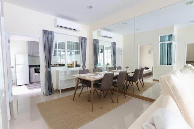 Vue latérale du nouveau salon blanc avec lumière douce et claire Photo Premium